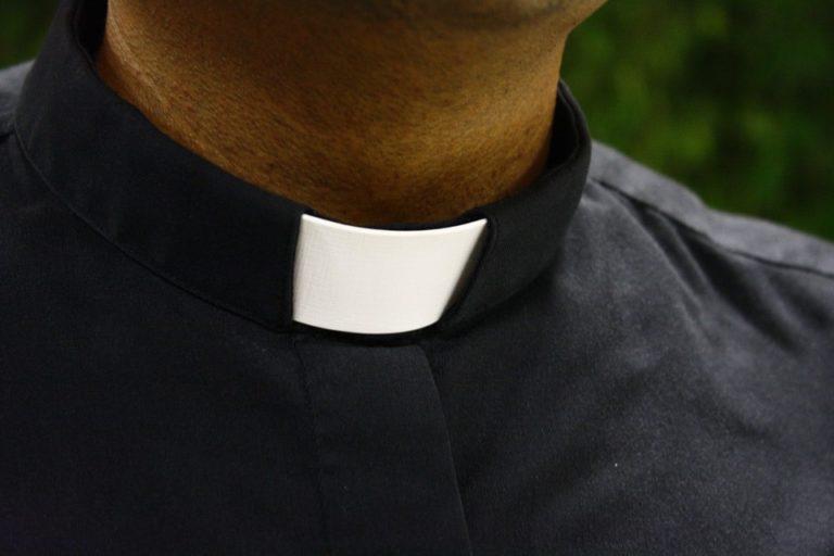 Działoszyn. Policja zatrzymała sprawców pobicia księdza