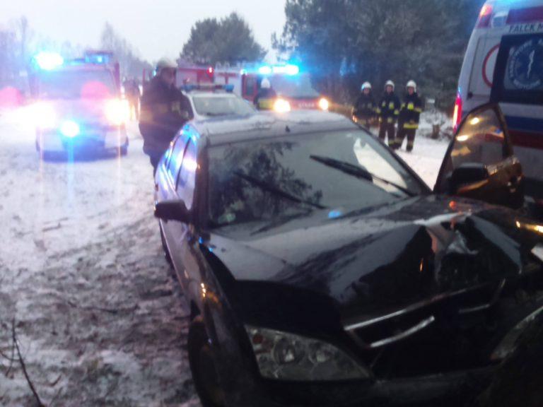Ford wypadł z drogi i uderzył w drzewo