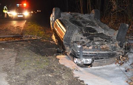 Mercedes wypadł z drogi i dachował