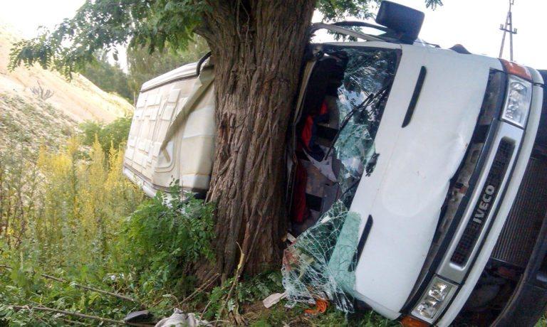 Wypadek w Kolonii Lisowice. Bus uderzył w drzewo