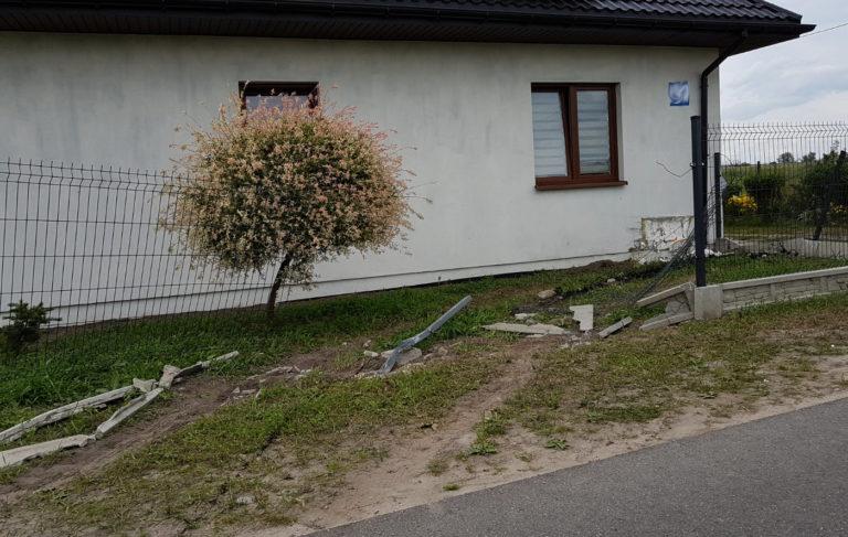 Pijany 24-latek staranował ogrodzenie i uderzył w dom