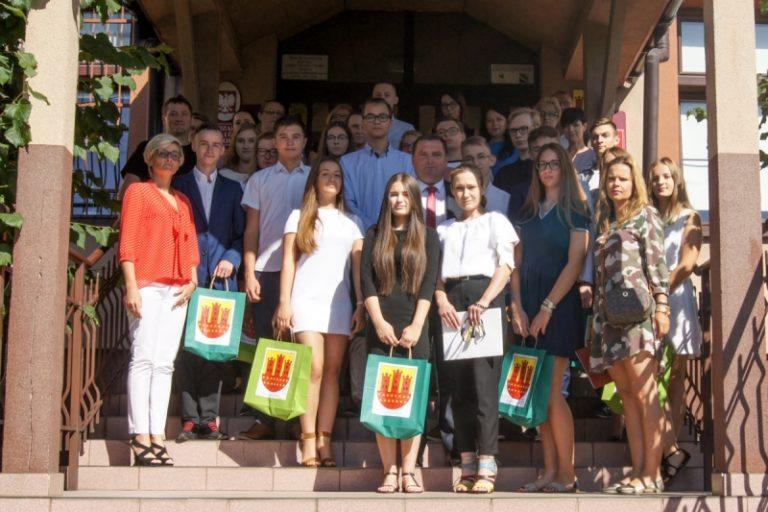 Burmistrz wręczył nagrody wyróżniającym się uczniom