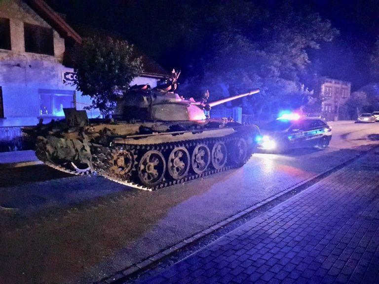 Czołg na ulicach Pajęczna. Pijany kierowca zatrzymany przez policję