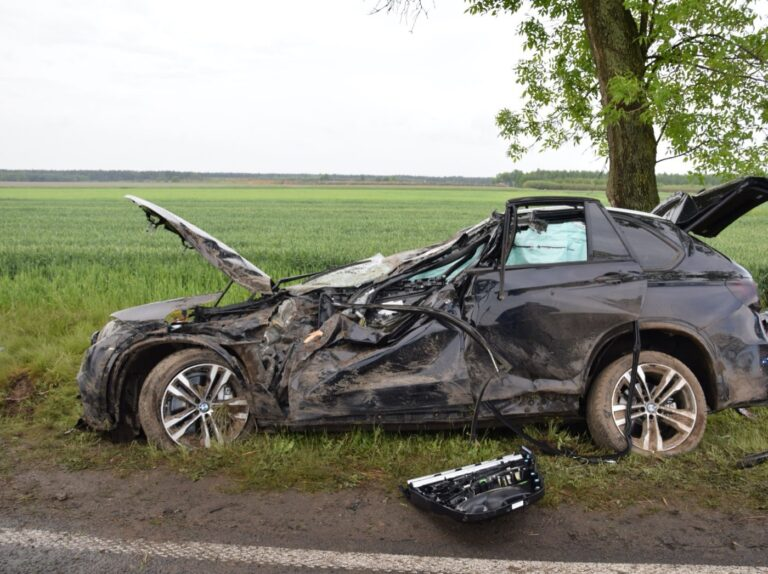 Śmiertelny wypadek w Dworszowicach Kościelnych. BMW wypadło z drogi.