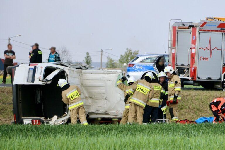 Groźny wypadek w Stróży. Trzy osoby ranne