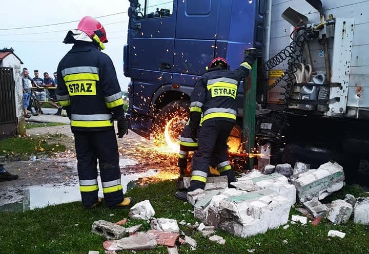 Obywatel Białorusi ciężarówką wjechał w ogrodzenie posesji