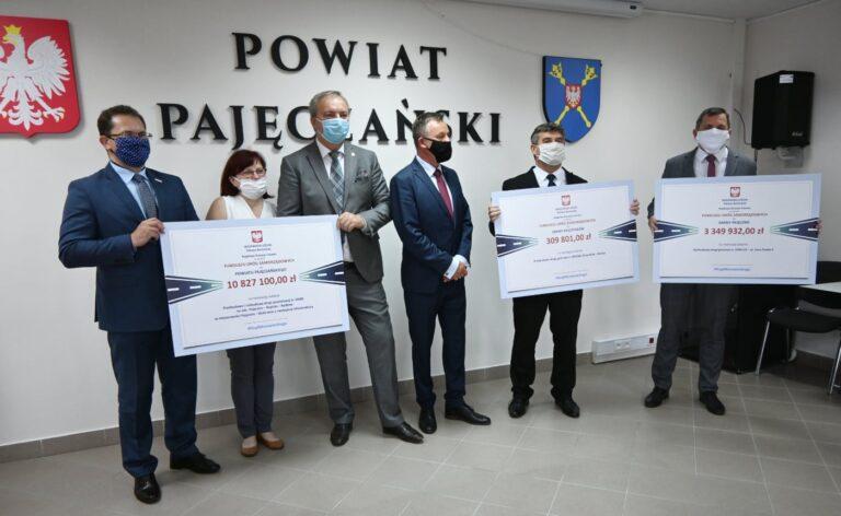 Wicewojewoda wręczył symboliczne czeki na ponad 14 milionów złotych