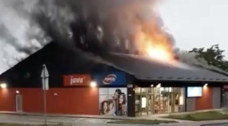 Pożar w Działoszynie. Pepco stanęło w płomieniach [WIDEO]