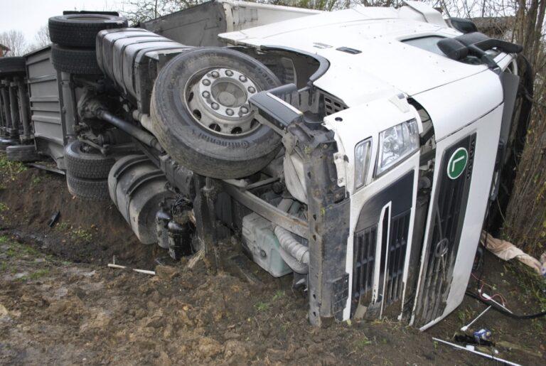 Kruplin. Kierowca wjechał ciężarówką do rowu