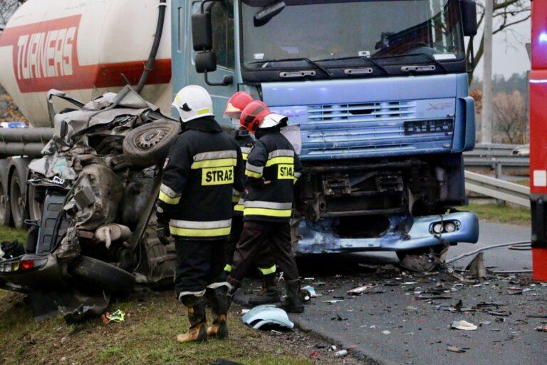 Śmiertelny wypadek w Będkowie. Ciężarówka zderzyła się z osobówką