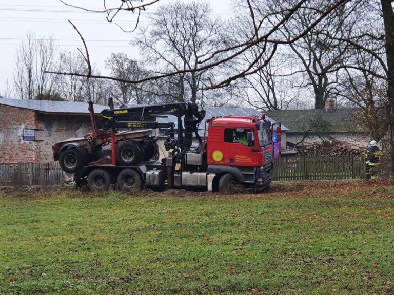 Wypadek w Siemkowicach. Ciężarówka zderzyła się z osobówką