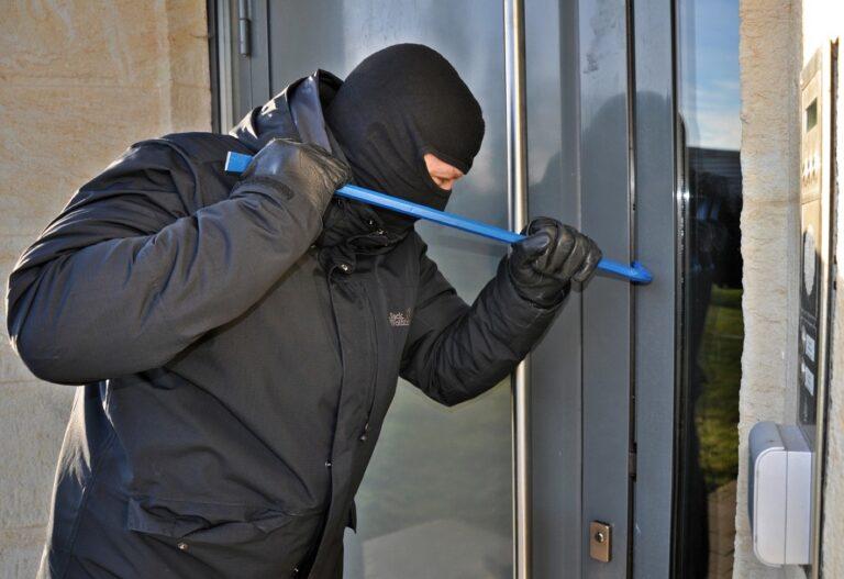 Policja radzi, jak ustrzec się przed kradzieżą i  włamaniem