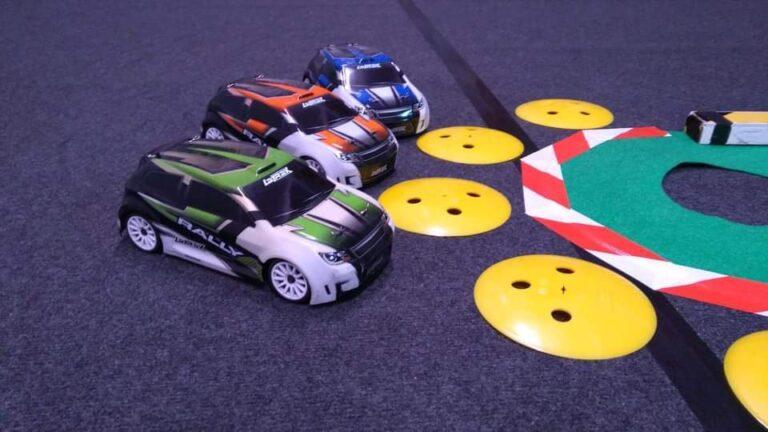 Mikołajkowe wyścigi aut zdalnie sterowanych