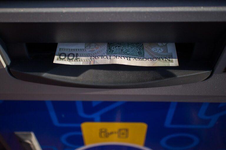 Znalazł w bankomacie 5 tysięcy i powiadomił policję