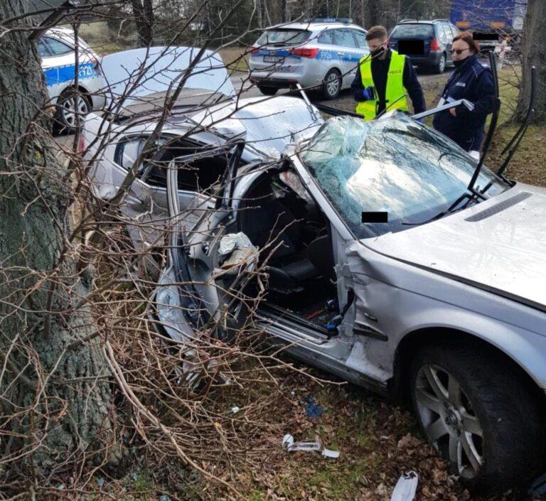 BMW wypadło z drogi. 19-letnia kierująca trafiła do szpitala