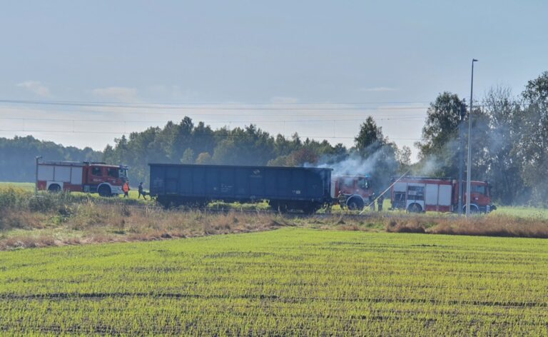 Pożar w Białej. Palił się wagon z granulatem siarki